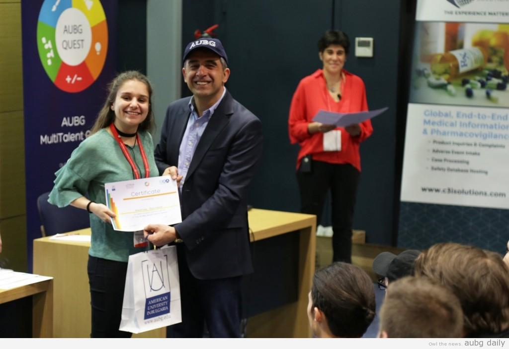 Rosen Plevneliev awarding a student, photo courtesy of the MTQ Photography Team